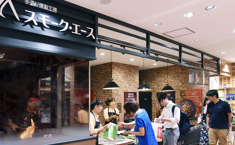 宮崎空港一番人気の宮崎名物鶏炭火焼通販お取り寄せ。宮崎地鶏炭火焼と燻製専門店の実演販売