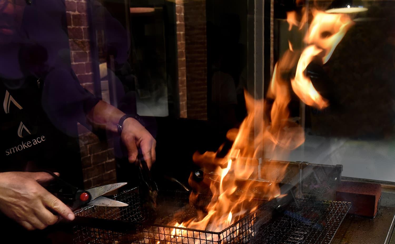 宮崎地鶏炭火焼と燻製専門店スモークエースの宮崎名物鶏炭火焼お取り寄せ通販用の技術